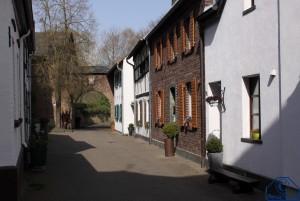 Häuserzeile mit Eulen-Tor