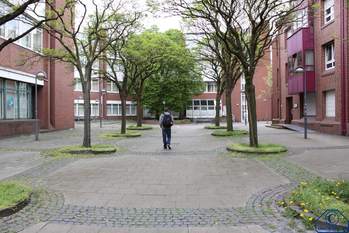 Platz der Deutschen Einheit in Neuss mit Spaziergänger